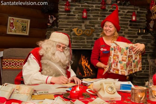 papa-noel-escribiendo-cartas-elfo-oficina-correos-rovaniemi-santa-claus-laponia-finlandia-750x500